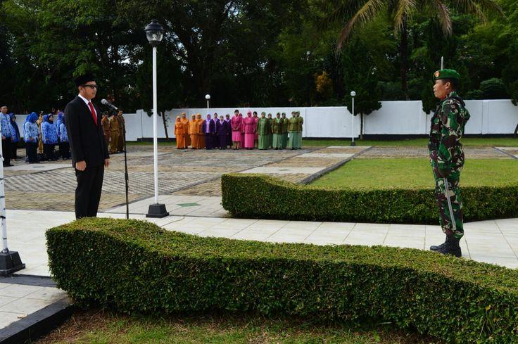 Pasi Ops Dim 0601/Pandeglang selaku Danup pada upacara ziarah dan tabur bunga di Taman Makan Pahlawan Cihaseum Pandeglang Banten