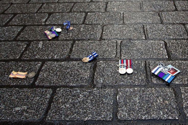 Le #medaglie di alcuni #veterani inglesi gettate sul marciapiedi davanti a Downing Street, dimora del premier britannico, in segno di #protesta per l'intervento del #RegnoUnito in #Siria. (© Getty Images)