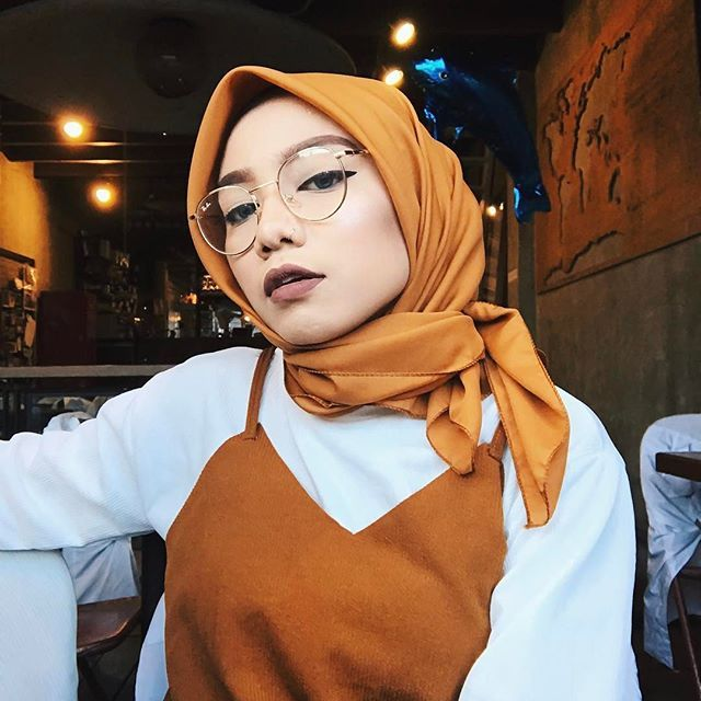 """Dat """"250% done with ur shitz"""" face feat. my fave gold spectacle from @embun_spek and camisole set from @themeeya in my fave colour, BROWN! And yeah, fave bawal too from @byaqla ah semuaaaaa fave! Much love for all. #nantiramaitanyasemuanyafavekak #dahmemangbetulsemuanyafave #siskenamentionah #taponcefordetails #taptwiceforlove"""