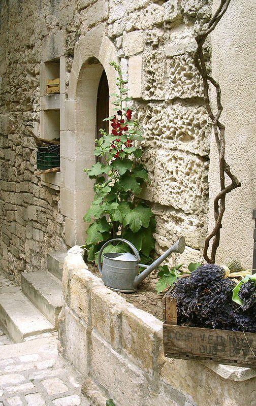 Les Baux de Provence, Région PACA, France  #baux #provence #street #tourismepaca #tourism #travel #france