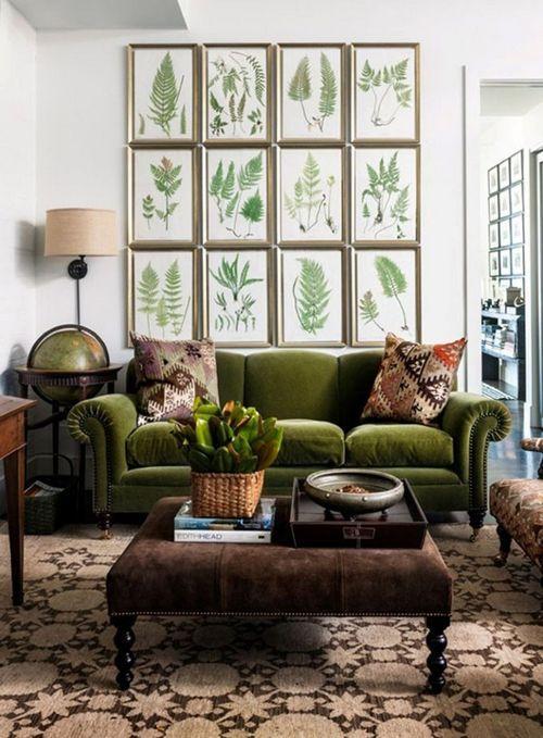 Темно зеленый диван в интерьере гостиной