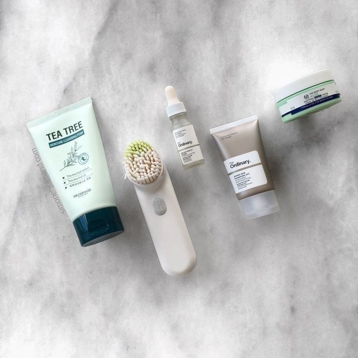 My Night Time Skincare Routine with SKINFOOD Tea Tree Cleanser, Clinique Brush Cleanser, The Ordinary Salicylic Acid, The Ordinary Acelaic Acid, and The Body Shop Aloe Soothing Night Cream // Makeup Blogger // simonehjulmand.com