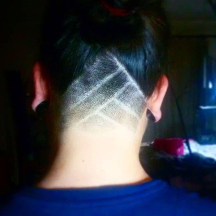 Novo look para o @mr.pipowski   Como fazer: - Separar o #cabelo queres cortar do cabelo que queres deixar comprido. Neste caso fiz a divisão a começar a meio de cada uma das orelhas e num angulo que se une ao nível do topo das orelhas. Fiz isso porque ele queria poder soltar o cabelo e não parecer que tem o cabelo #rapado por baixo. - Escolher 3 pentes de tamanhos diferentes (1 < outro < outro) para fazer o efeito degradê. Primeiro usar o tamanho maior dos 3 escolhidos para rapar a zona…