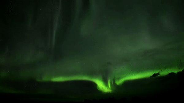 * Северное сияние прошедшей ночью над провинцией Альберта, Канада...