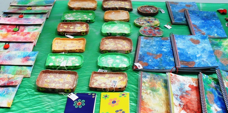 Carpetas,cuencos y marcadores pintado a mano con los alumnos de EI El Patio