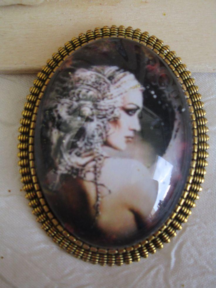 """Broche en métal doré """"La jeune femme au foulard gris"""" de la boutique framboisefrancoise sur Etsy"""