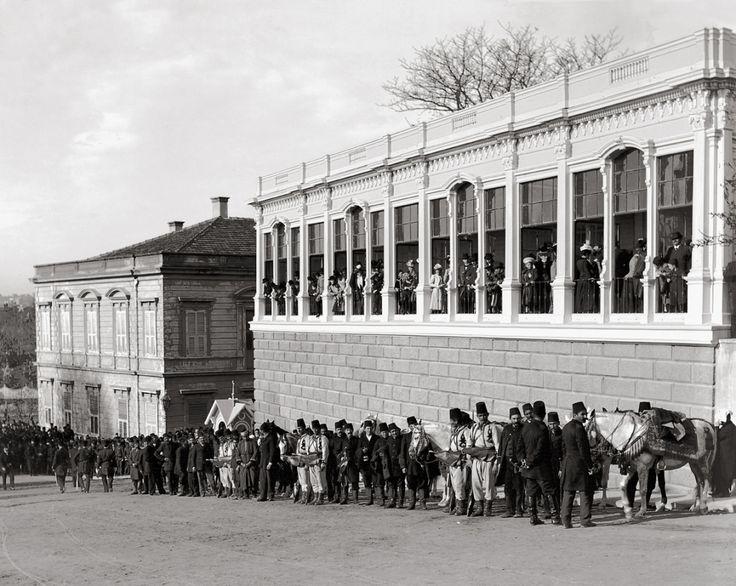 Seyir Köşkü, 1900.  Pavillon où les hôtes de marque étrangers pouvaient assister à la prière du Vendredi et apercevoir le sultan Abdülhamid II. Comme celui-ci interdisait toute diffusion publique de son image, l'usage d'appareils photographiques, et même de jumelles, était prohibé.