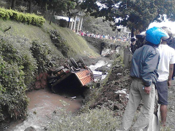 Kecelakaan Maut di Purwodadi, Jalur Malang-Surabaya Lumpuh http://malangtoday.net/wp-content/uploads/2017/01/Kecelakaan-1.jpg MALANGTODAY.NET – Sebuah kecelakaan maut terjadi di kawasan Purwodadi, Kabupaten Pasuruan. Sebuah mobil, sepeda motor dan truk diketahui ringsek akibat kecelakaan yang menimbulkan korban jiwa ini. Kecelakaan beruntun ini juga mengakibatkan banyak kendaraan menjadi korban. Kecelakaan Maut... http://malangtoday.net/malang-raya/kabupaten-malang/kece
