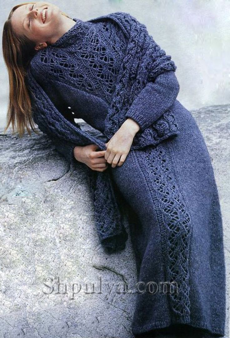 Длинное синее платье с ажурной вставкой, вязаное спицами