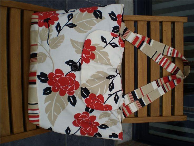 Fournitures: 3 tissus assortis 100x140 de tissu fleuri 40x140 de tissu rayé 70x140 de tissu uni 1 fermeture éclaire de 18 cm 1 ruban de 10 cm 1 gros bouton découpe du tissu: dans le tissu rayé découper 2 bandes de 15x70 cm et 2 bandes de 11.5x 85 cm dans...