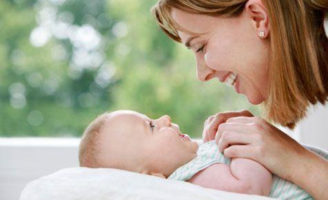 Bayi Anda cemberut terus ? Yuk intip cara membuat bayi ketawa,  intip disini caranya