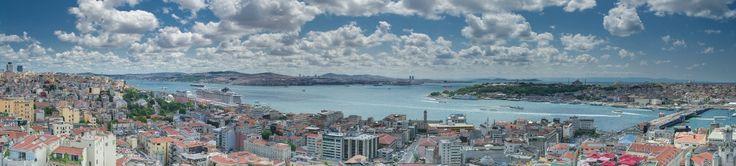 Caminhos & Labirintos: De Constantinopla a Istambul Panorama do Bósforo e da embocadura do Corno de Ouro (à direita) a partir da Torre de Gálata; em primeiro plano: parte do distrito de Beyoğlu; à direita: cabo do Serralho; ao fundo: Üsküdar; à direita, ao longe: ilhas dos Príncipes Por Tolga Tüfekçi - Obra do próprio, CC BY-SA 4.0, https://commons.wikimedia.org/w/index.php?curid=34203027