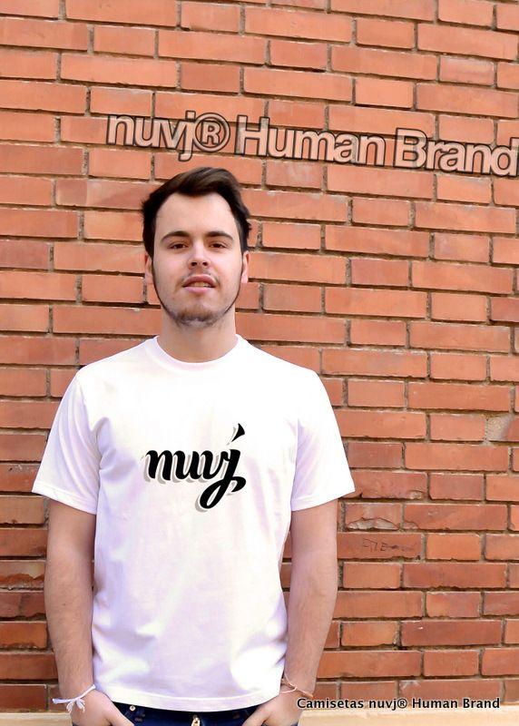 Pablo Maldonado con camiseta nuvj, con logo realizado por Jordi Sempere.
