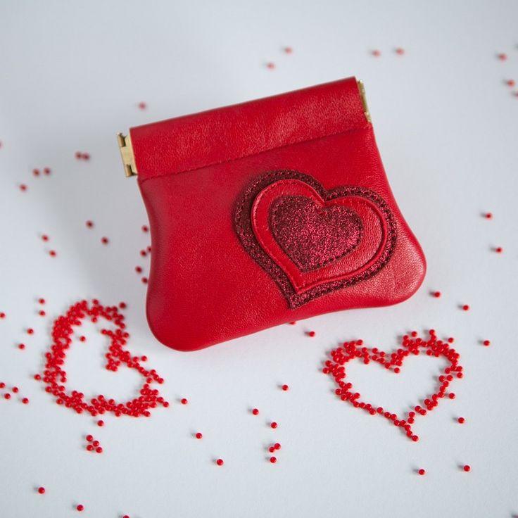 Peněženka mincovka se srdcem Malá kožená peněženka s uzávěrem klapacím perkem . Při stlačení ze stran se peněženka otevře.