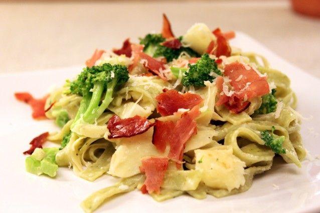 Broccoli med spinat pasta http://froekenfoodie.dk/spinat-pasta-med-brocoli-og-parmaskinke/