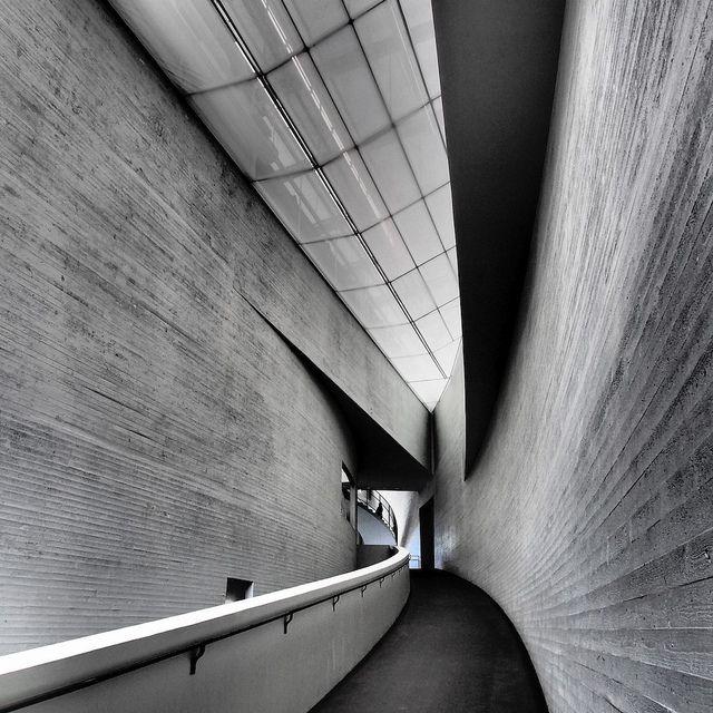 Kiasma on helsingin parhaita museoita. Tämän hetken kiinnostavin näyttely:  Mika Taanila Aikakoneita | 1.11.2013–2.3.2014 Ihmisen, ympäristön ja teknologian suhde http://www.kiasma.fi/ohjelmisto/mika-taanila
