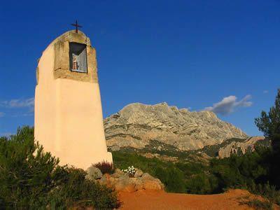 la Montagne Sainte-Victoire, a l'est d'Aix-en-Provence