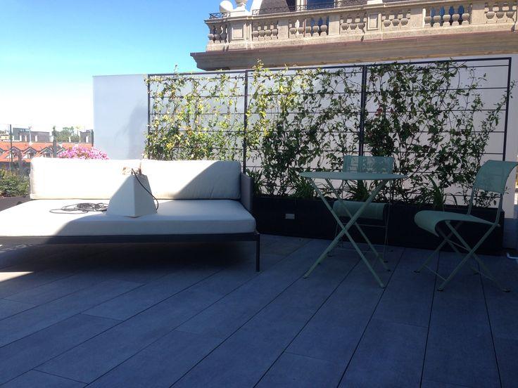 Prospettiva della zona relax, i vasi con rampicante creano una barriera verde verticale.