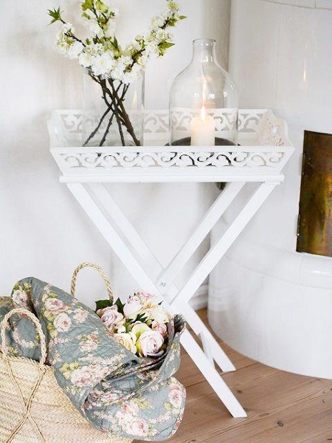 Vackra lantliga ting! Brickbord, lykta, glasvas, pläd.