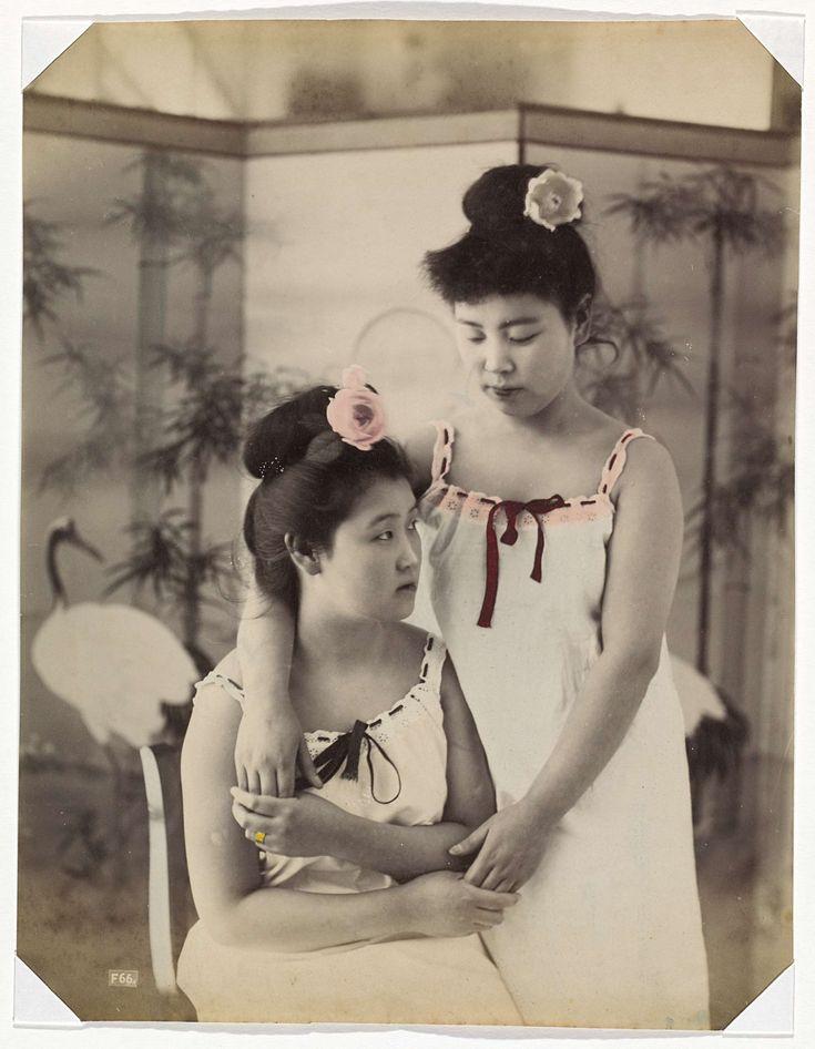 Twee Japanse vrouwen in onderjurk, anonymous, 1890 - 1894