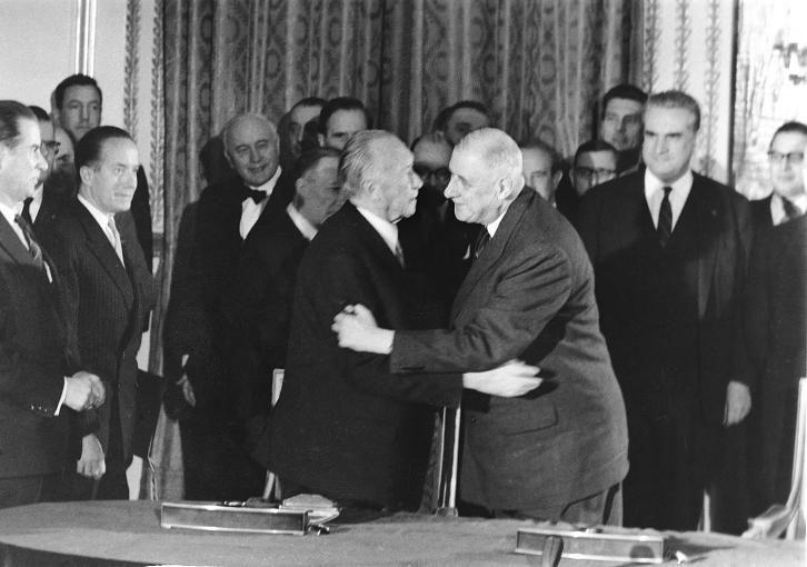 22. Januar 1963 Konrad Adenauer und Charles de Gaulle besiegeln die deutsch-französische Freundschaft im Elysée-Vertrag.