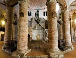 La chiesa risale al V secolo, costruita dal vescovo Petronio come simulacro del S. Sepolcro costantiniano di Gerusalemme e ricostruita agli inizi del XI secolo dai monaci benedettini dopo che venne pesantemente danneggiata durante le devastanti invasioni ungare del X secolo. L'edificio, a pianta centrale, è costruito su un perimetro a base ottagonale irregolare al centro del quale si erige una cupola dodecagonale. Al centro si trova un'edicola che custodiva le reliquie di San Petronio.