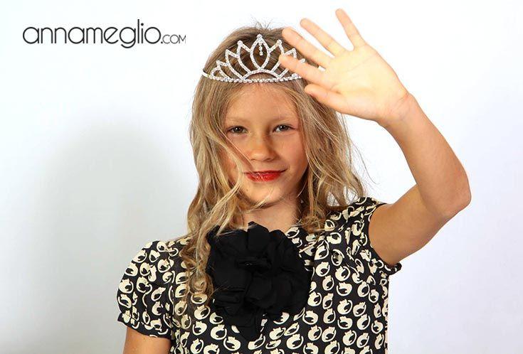 MODELLI PER UN GIORNO: Proprio come una vera First Lady, la nostra Katherina, indossa con eleganza il bellissimo abito by Bonpoint #annameglio #annamegliopeople #bonpoint #fashion #modelliperungiorno #abbigliamentobambina