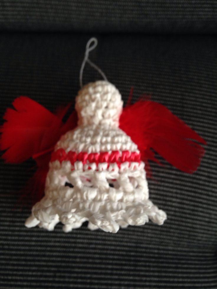 Gehaakt engeltje van een plastic zak met rode veren