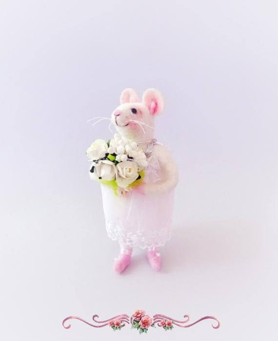 Felt mouse with white flowers
