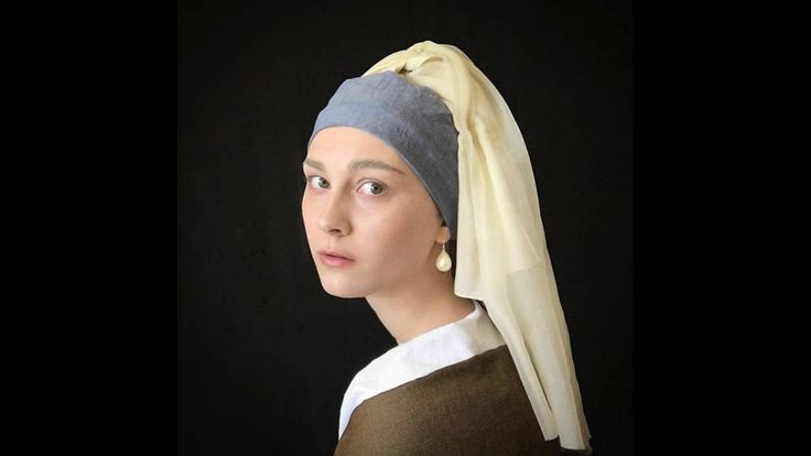 Με έμπνευση της το Κορίτσι με το μαργαριταρένιο σκουλαρίκι (Meisje met de parel) του Γιοχάνες Βερμέερ.