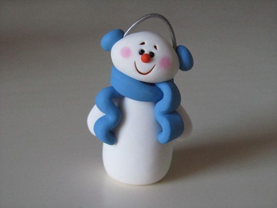 Muñeco de nieve con auriculares y una linda bufanda en porcelana fria