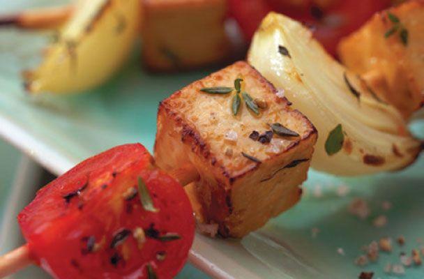 Un secondo vegano, leggerissimo ma saporito e invitante. Gli spiedini di tofu marinato alle erbe sono facilissimi da preparare, una ricetta ...