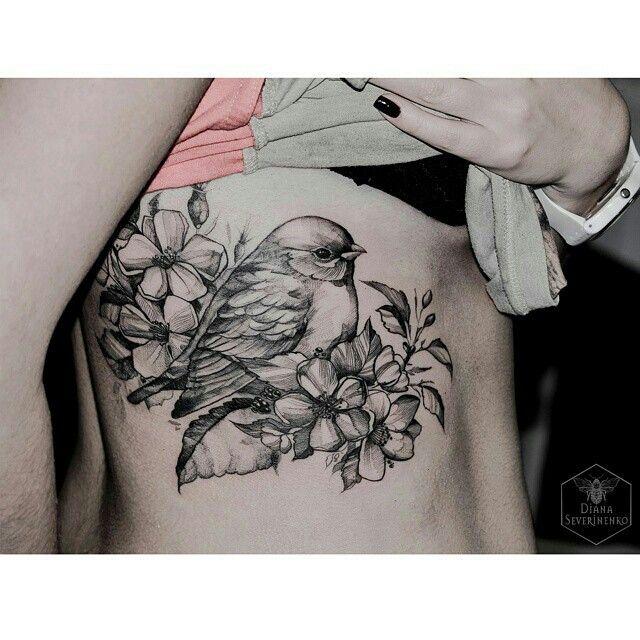 Pájaro entre flores