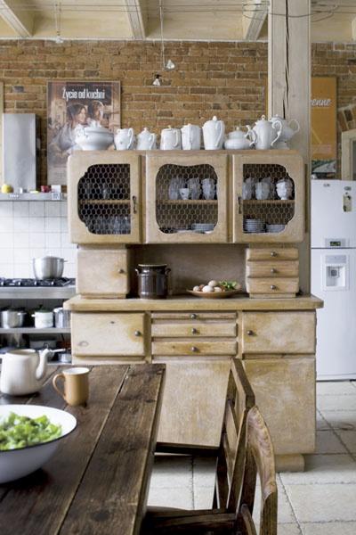 """Comment intégrer du mobilier rétro dans un style plus """"campagne"""". Du coup, ce vieux buffet vintage a drôlement de la gueule ! - Via Planète Déco."""