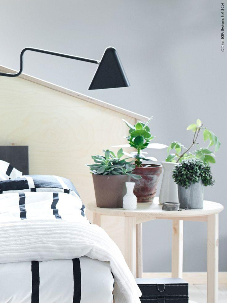 Inred ett stilfullt och tidlöst sovrum. NORNÄS sidobord i massiv furu, IKEA PS 2012 LED lampa, TUVBRÄCKA påslakan.