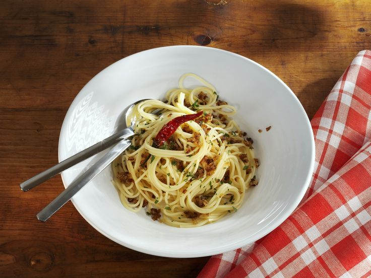 Spaghetti mit Knoblauch und Chili - smarter - Zeit: 25 Min.   eatsmarter.de Knoblauch und Chili: die besten Zutaten für Pasta.