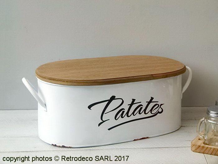 On aime l'alliance du bois brut du couvercle et la base émaillée de cette boite de stockage Patates. Aussi utile que décoratif, elle vous permettra de stocker vos pommes de terre à l'abri de l'humidité. Existe dans la version Ails et Oignons. Boite Patate Antic Line.