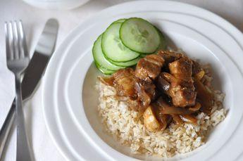 Speklapjes met rijst op z'n Aziatisch is een makkelijk recept voor door de weeks. Verse speklappen van de slager, een paar uien en je bent al bijna klaar.