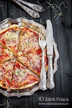 Pizza la tigaie cu ardei si ceapa, o pizza rapida coapta in tigaie, cu ardei, ceapa, sos de rosii si mozzarella.