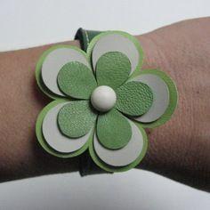Bracelet en cuir motif fleur  vert et blanc
