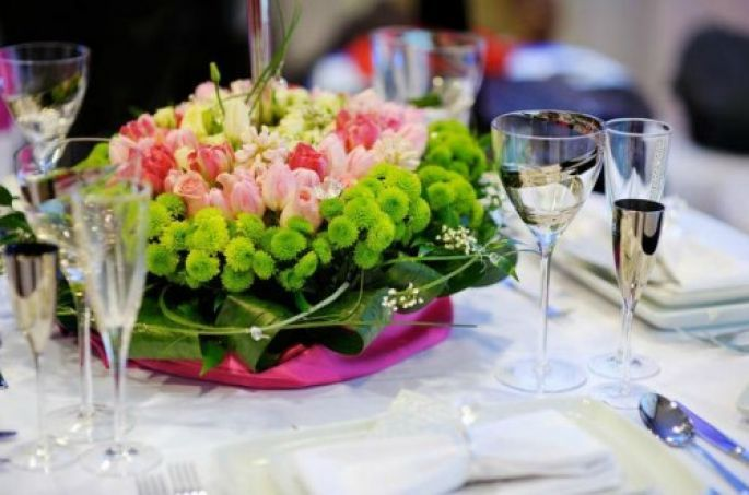 dekoracje stołu weselnego żywe kwiaty
