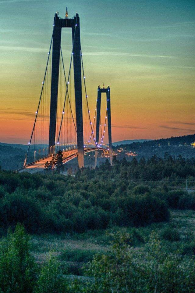 Högakustenbron i nattljus .