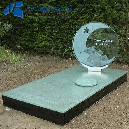 Kindermonument van glas gemaakt door glasatelier Art Emotions, onderdeel van Eijgelaar Natuursteen. Zie ook onze website: http://www.eijgelaar.nl/grafmonumenten/glazen-grafmonumenten