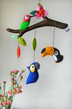 Ideia de enfeite móbile com aves em feltro tucano, beija flor