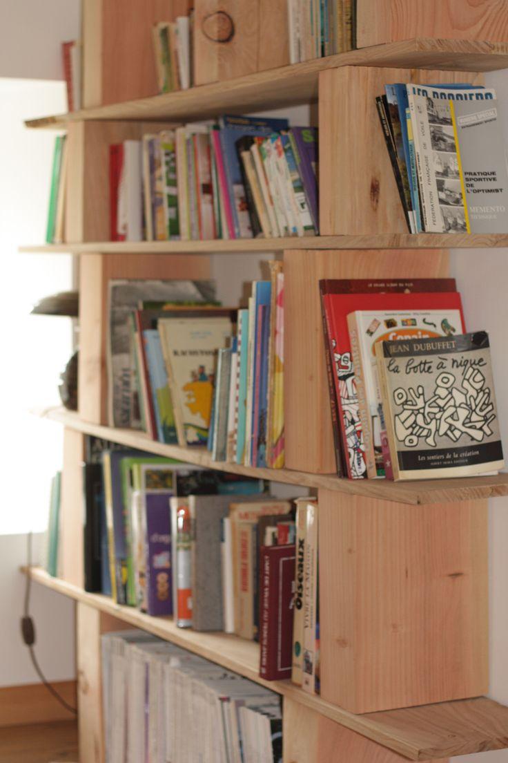 Planches de châtaignier empilées dur plot de douglas qui donnent une bibliothèque simple et très pratique !