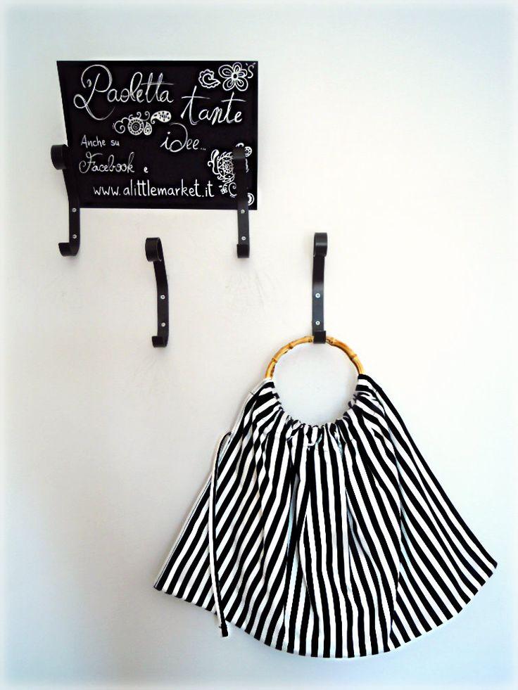 borsa con stoffa a righine bianco/nero e minico in bambù