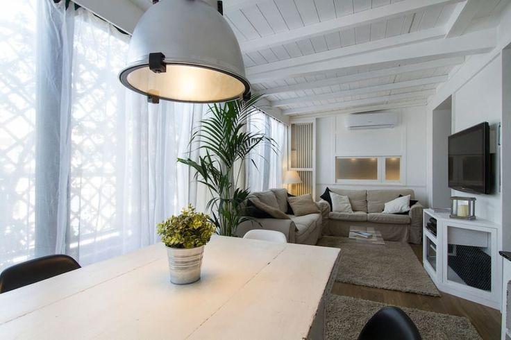 <p>Para uma atmosfera verdadeiramente romântica e um tanto ou quanto boémia, as vigas pintadas de branco são um <em>must-have</em>. Nesta sala de estar e de jantar (que integram uma varanda que foi fechada e remodelada), o tecto é um dos grandes responsáveis por criar um ambiente acolhedor, familiar e luminoso.</p>   Credits: homify / Fabio Carria