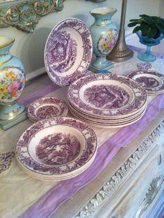 Jídelní sada * bílý porcelán s malovaným fialovým čínským motivem.