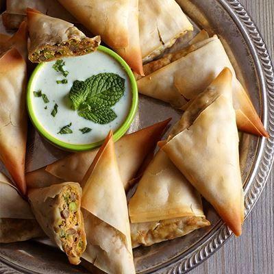 Recept voor indiaase samosa's met raitadip, afkomstig uit De Vegarevolutie. Lees meer op ZTRDG.