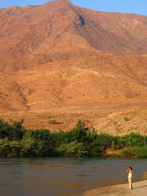 We spent a beautiful night at Marienfluss, in Kaokoland, after crossing the super-challenging Van Zyl Pass. In Namibia :)